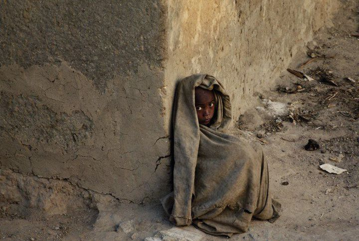 Un enfant d'une famille démunie dans un quartier pauvre de la capitale (Photo AFP)