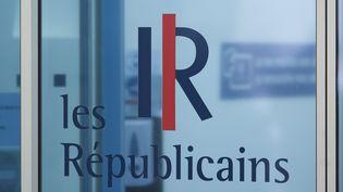 Le logo du parti Les Républicains à l'entrée du siège, rue de Vaugirard à Paris, le 4 mai 2021. (S?BASTIEN MUYLAERT / MAXPPP)