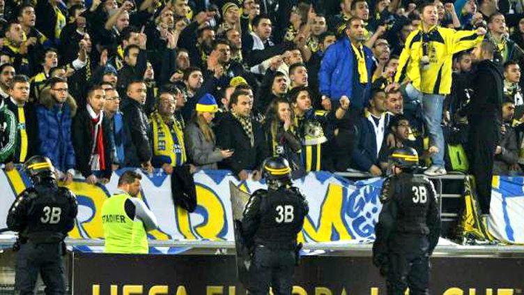 Des CRS surveillent les tribunes du match OM-Fenerbahçe en Europa League, le 22 novembre 2012 à Marseille (Bouches-du-Rhône). (BORIS HORVAT / AFP)