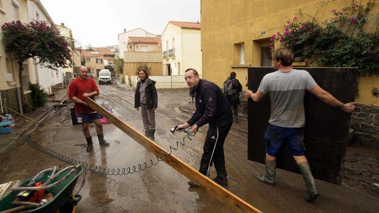 Des habitants sont en train de nettoyer après les inondations à Argelès-sur-Mer (Pyrénées-Orientales), le 30 novembre 2014. (  MAXPPP)