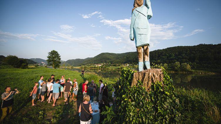 Une statue à l'effigie de Melania Trump, dans son village natal de Slovénie, le 5 juillet 2019. (JURE MAKOVEC / AFP)