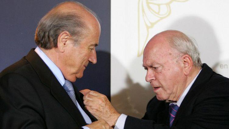 """Sepp Blatter s'est dit """"touché"""" par la mort d'Alfredo Di Stefano. (JAVIER SORIANO / AFP)"""