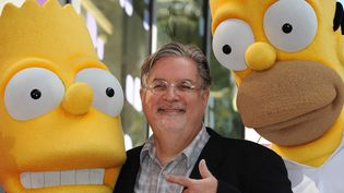 Matt Groening pose avec deux répliques de ses vedettes Bart et Homer Simpson, le 14 février 2012 à Hollywood (Etats-Unis).  (ROBYN BECK / AFP)
