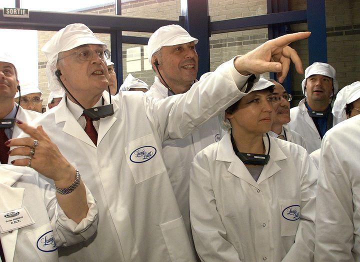 Le Premier ministre Lionel Jospin (2e G) accompagné de la ministre de l'Emploi et de la Solidarité, Martine Aubry (4e G), visitent l'usine de confiserie Lamy Lutti, le 05 juillet 1999 à Bondues (Nord), avant de signer le 200 000e emploi-jeunes. (PHILIPPE HUGUEN / AFP)