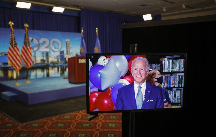 Joe Biden réagit dans un flux vidéo après avoir remporté les votes pour devenir le candidat du Parti démocratepour la présidentielle américaine de 2020, le 18 août 2020. (BRIAN SNYDER / POOL)