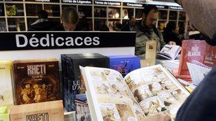 Un homme en pleine lecture d'une BD au Festival d'Angoulème 2013  (JP Muller / AFP)