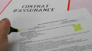 Signature d'un contrat d'assurance. Illustration (JEAN FRANCOIS FREY / MAXPPP)