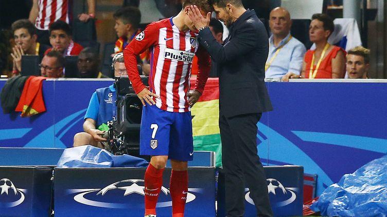 Antoine Griezmann et son entraîneur à l'Atlético Madrid, l'Argentin Diego Simeone (à droite). (KIERAN MCMANUS / BACKPAGE IMAGES LTD)