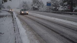 Des conducteurs empruntent l'autoroute A8 près de Brignoles (Var), le 2 décembre 2017. (MAXPPP)