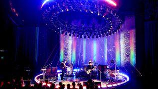 Jonny Buckland, Chris Martin, Guy Berryman et Will Champion, du groupe Coldplay, se produisentsur la scène du iHeartRadio Theater, à Burbank, en Californie, le 14 octobre 2021. (KEVIN WINTER / GETTY IMAGES NORTH AMERICA)