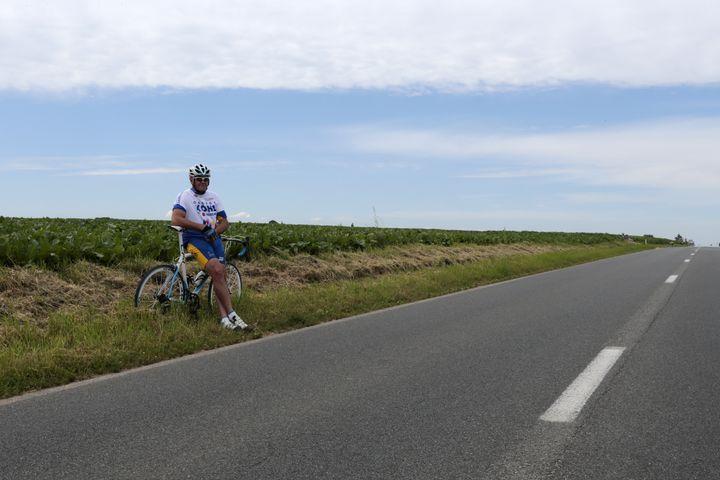 Un supporter cycliste attend le passage du Tour de France lors de la 2e étape entre Visé et Tournai, le 2 juillet 2012. (JOEL SAGET / AFP)