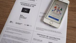 """Le certificat de vaccination numérique sous forme papier et sur l'application """"Tous Anti Covid"""". Illustration juillet 2021 (NATHALIE COL / FRANCE BLEU LIMOUSIN / RADIO FRANCE)"""