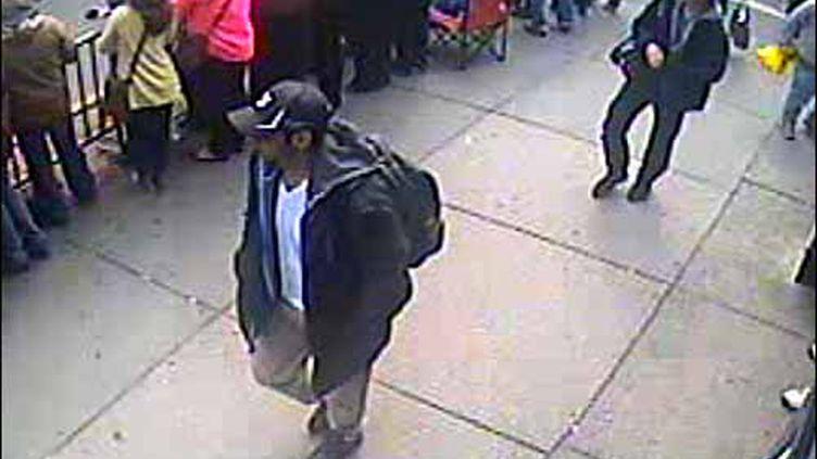 L'une des photos diffusées par le FBI, le 18 avril 2013, montrant les suspects des attentats de Boston. (REUTERS)