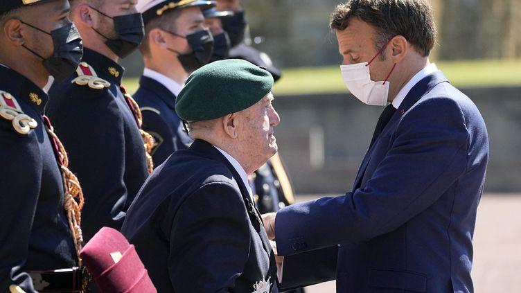 Léon Gautier, 98 ans, dernier survivant du commando Kieffer est honoré par Emmanuel Macron  lors d'une cérémonie pour marquer le 81e anniversaire de l'appel à la résistance du général de Gaulle le 18 juin 1940, au Mont Valérien, à Suresnes. (18 juin 2021). (MICHEL EULER / POOL)