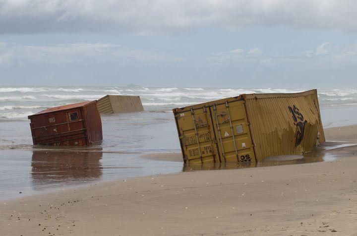 """Des conteneurs échoués sur une plage en Nouvelle-Zélande, après un accident sur le porte-conteneurs """"Rena"""", le 9 janvier 2012. (MARTY MELVILLE / AFP)"""