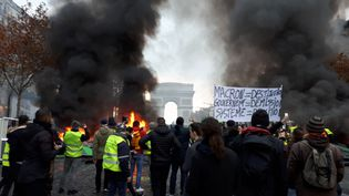 """Des """"gilets jaunes"""" lors de la manifestation du 24 novembre 2018 sur les Champs-Élysées. (BENJAMIN ILLY / RADIO FRANCE)"""