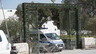 Une ambulance évacue des blessés du musée du Bardo à Tunis (Tunisie), mercredi 18 mars, après une attaque terroriste. (AHMET IZGI / ANADOLU AGENCY)