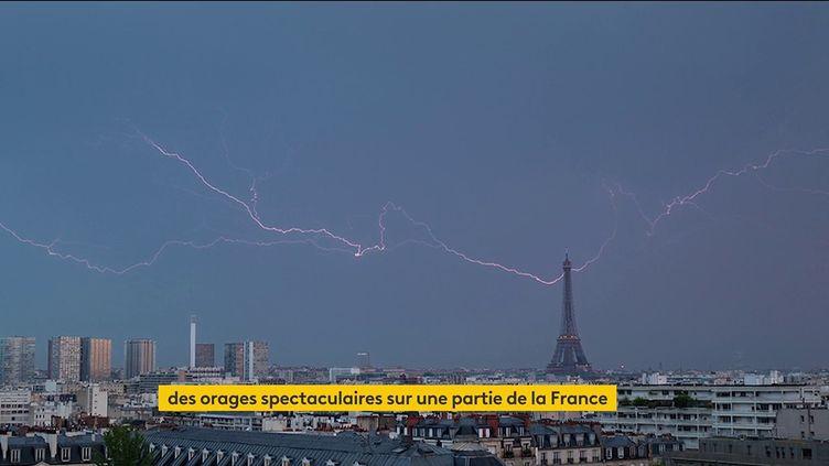 La foudre tombe sur la tour Eiffel (FRANCEINFO)
