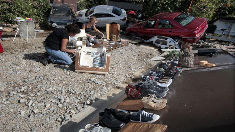 Des femmes tentent de faire sécherleurs biens après les inondations dévastatrices qui ont frappé les Alpes-Maritimes, le 4 octobre 2015 à Biot. (ERIC GAILLARD / REUTERS)