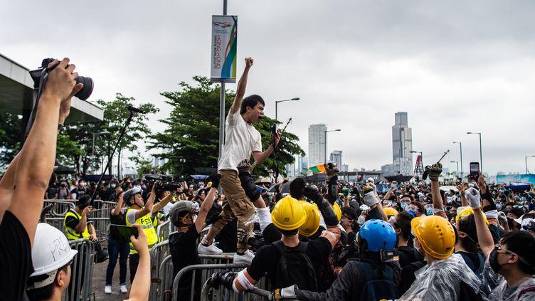 Le politicien prodémocratie Roy Kwong crie des slogans devant leConseil législatif de Hong Kong, dont il est membre. (PHILIP FONG / AFP)