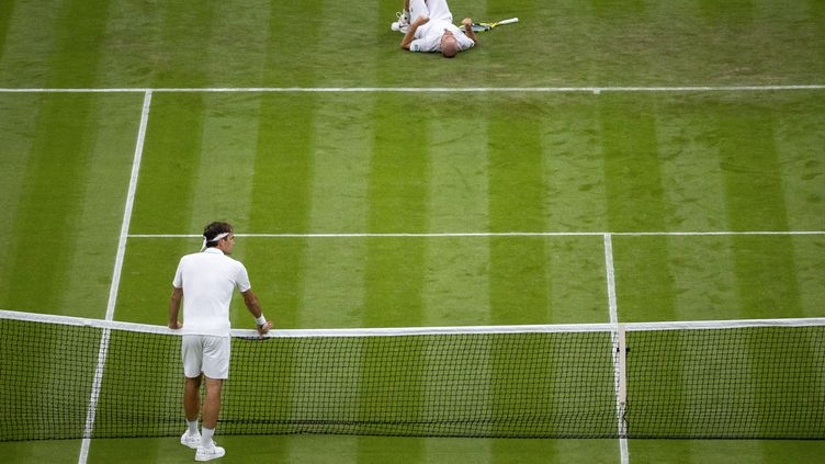 Adrian Mannarinoa dû abandonner face à Roger Federer après sa chute lors du premier tour de Wimbledon, lundi 29 juin. (DAVID GRAY/AFP)