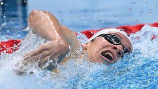 Le Français Léon Marchand, grand espoir de la natation tricolore, lors des séries du 400m 4 nages aux Jeux olympiques de Tokyo, le 24 juillet 2021. (ATTILA KISBENEDEK / AFP)