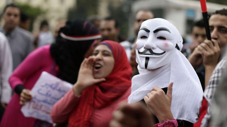 Des Egyptiens rassemblés autour du palais présidentiel, en banlieue du Caire, scandent des slogans anti-Frères musulmans,le 5 décembre 2012. (HASSAN AMMAR / AP / SIPA)