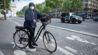 La maire de Paris, Anne Hidalgo, sur un vélo le 13 mai 2020. (FRED DUGIT / MAXPPP)