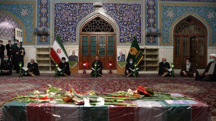 Une cérémonie funèbre en hommage àMohsen Fakhrizadeh, le scientifique iranien assassiné, se déroule à Mashad, en Iran, le 29 novembre 2020. (IRANIAN DEFENSE MINISTRY / ANADOLU AGENCY/ AFP)