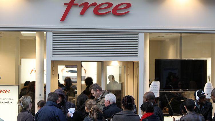 Des personnes font la queue devant un magasin Free le 11 janvier 2012 à Rouen (Seine-Maritime). (KENZO TRIBOUILLARD / AFP)