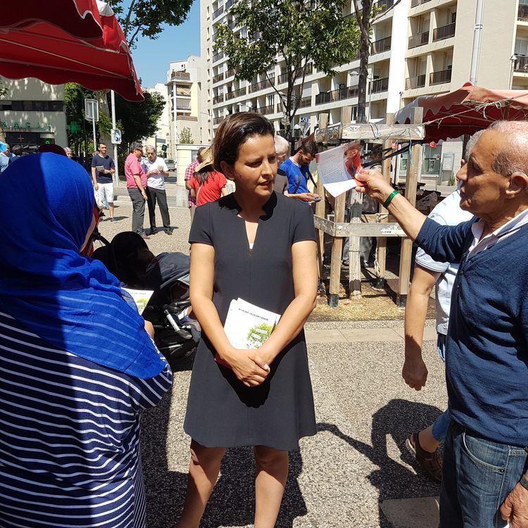 Najat Vallaud-Belkacem, le 2 juin 2017, en campagne sur un marché de Villeurbanne (Rhône). (ILAN CARO / FRANCEINFO)