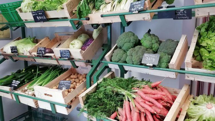 Un étal de légumes bio dans un point de vente de produitslocaux et bio. (XEXILI FOIX / RADIO FRANCE)