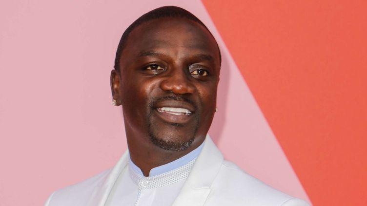 Le rappeur sénégalais ne se cantonne pas à la chanson. Avec sa fondation Akon Lighting Africa, l'artiste s'est donné pour objectif de fournir de l'électricité à des millions de foyers ruraux grâce à l'énergie solaire. (WP#JRAK/WENN.COM/SIPA)