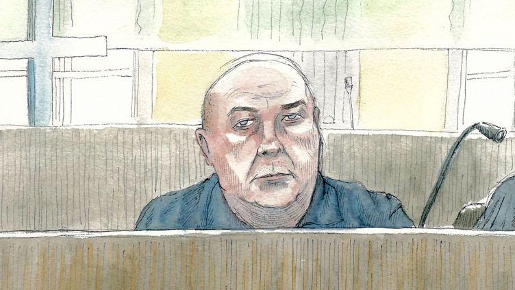 Le prévenu Willy Bardon suit les débats depuis son box, lors de son procès pour le viol et le meurtre d'Elodie Kulik, le 29 novembre 2019. (V. PASQUIER / FRANCE TELEVISIONS)