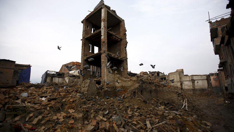 Une maison reste encore endommagée par le séisme d'avril, le 14 juillet 2015, à Bhaktapur (Népal). (NAVESH CHITRAKAR / REUTERS)