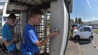 Des employés de l'usine automobile Smart France arrivent sur le site de l'entreprise d'Hambach (Moselle), vendredi 11 septembre 2015. (PATRICK HERTZOG / AFP)
