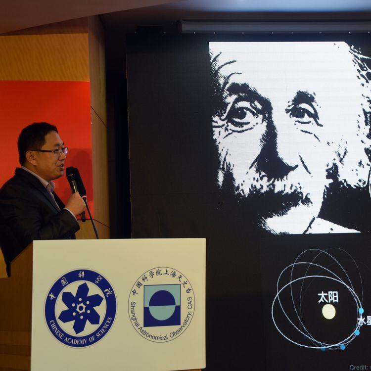 Un portrait d'Albert Einstein a été diffusé lors de la présentation de l'image du trou noir de la galaxie M87, le 11 avril 2019 à Shanghai (Chine), l'un des six sites où s'est déroulée la conférence de presse simultanée. (SUN ZIFA / IMAGINECHINA / AFP)