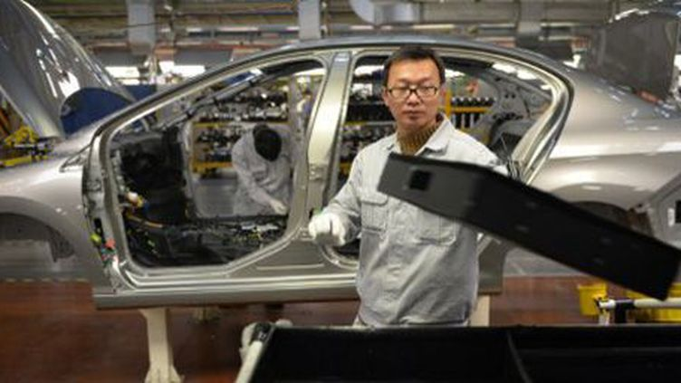 Ouvrier sur une ligne de montage dans une usine de la co-entreprise (joint venture) Dongfeng-PSA à Wuhan (province de Hubei, centre de la Chine), le 7 décembre 2013. (AFP - Peter Parks)
