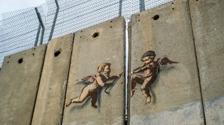 Deux anges tentent d'ouvrir au pied de biche le mur de séparation entre Israël et la Cisjordanie (photo d'illustration). (MICHAEL BUNEL / LE PICTORIUM / MAXPPP)