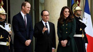 Le prince William, François Hollande et la princesse Kate sue le perron de l'Elysée, le 17 mars 2017. (MARTIN BUREAU / AFP)