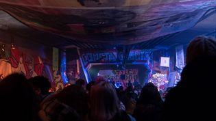 Plusieurs centaines de personnes présentes lors d'une fête clandestine à Nantes, en décembre 2020. (SIDNEY LEA LE BOUR / HANS LUCAS)