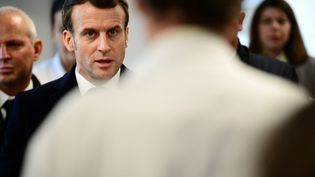 Le président de la République Emmanuel Macron en visite à l'hôpital de la Pitié-Salpetrière à Paris le 27 février 2020. (MARTIN BUREAU / POOL / AFP)