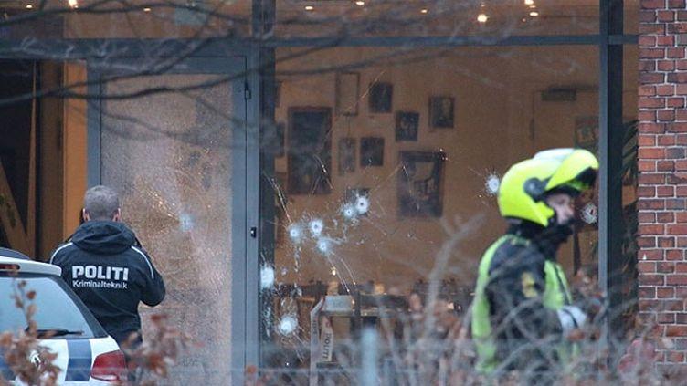 (Le bâtiment où se tenait un débat sur l'islamisme criblé de balles samedi à Copenhague, au Danemark © Reuters)