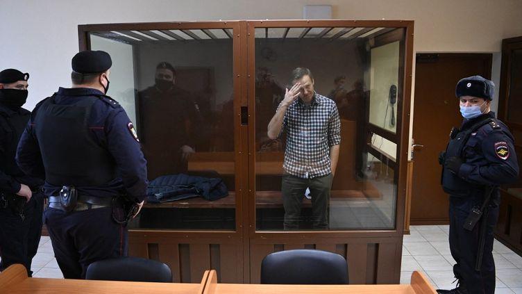L'opposant russe Alexeï Navalny, le 20 février 2021 lors de son procès à Moscou (Russie). (KIRILL KUDRYAVTSEV / AFP)
