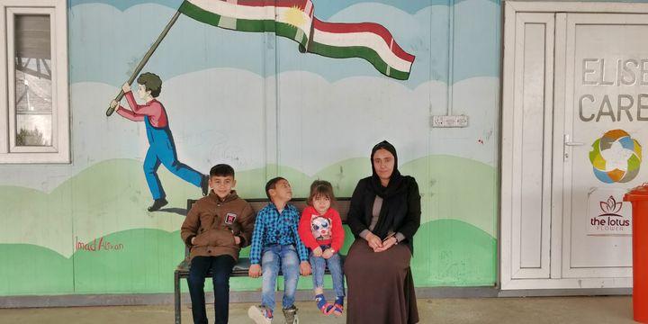 Noura et ses trois enfants, anciens otages de l'État islamique et délivrés il y a an et demi. (ERIC AUDRA / RADIO FRANCE)