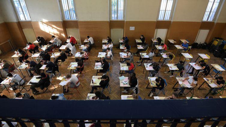 Des lycéens planchent sur une épreuve de baccalauréat, le 17 juin 2019 à Strasbourg. (FREDERICK FLORIN / AFP)