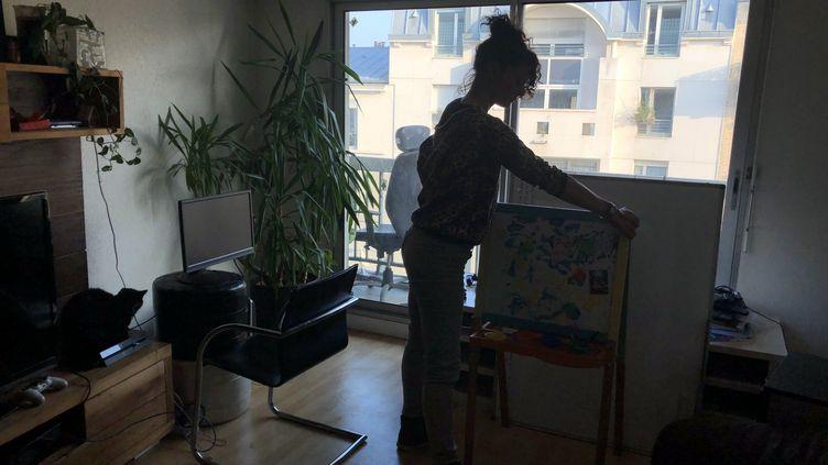 Aurélia, menacéed'expuslion de son logement parisien avec la fin de la trêve hivernale, range les jouets de sa fille dans des cartons. (RADIO FRANCE / ADRIEN BOSSARD)