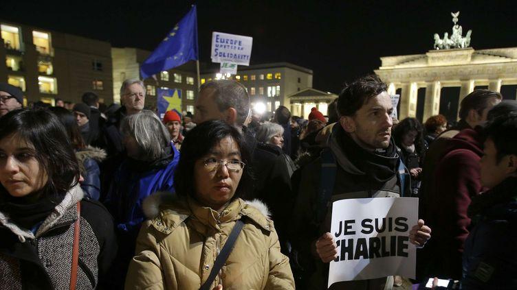 Une foule s'est pressée près de la Porte de Brandebourg à Berlin en signe de solidarité avec les victimes de l'attentat contre Charlie Hebdo.  (Michael Sohn/AP/SIPA)