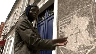 Joseph Mendy devant un des pochoirs réalisés à Etampes  (France 3 Culturebox)