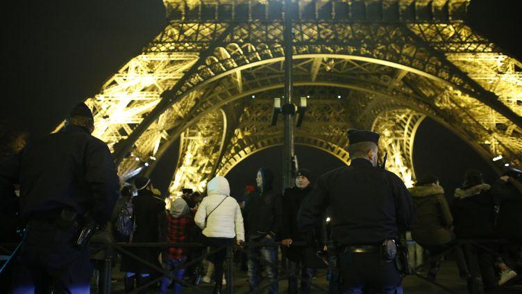Une patrouille de police devant la Tour Eiffel à Paris, le 31 décembre 2015. (MATTHIEU ALEXANDRE / AFP)